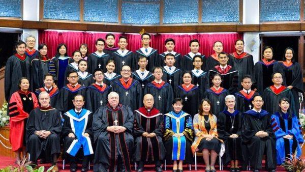 เหล่าผู้ทรงคุณวุฒิ คณาจารย์ บัณฑิต และ มหาบัณฑิต